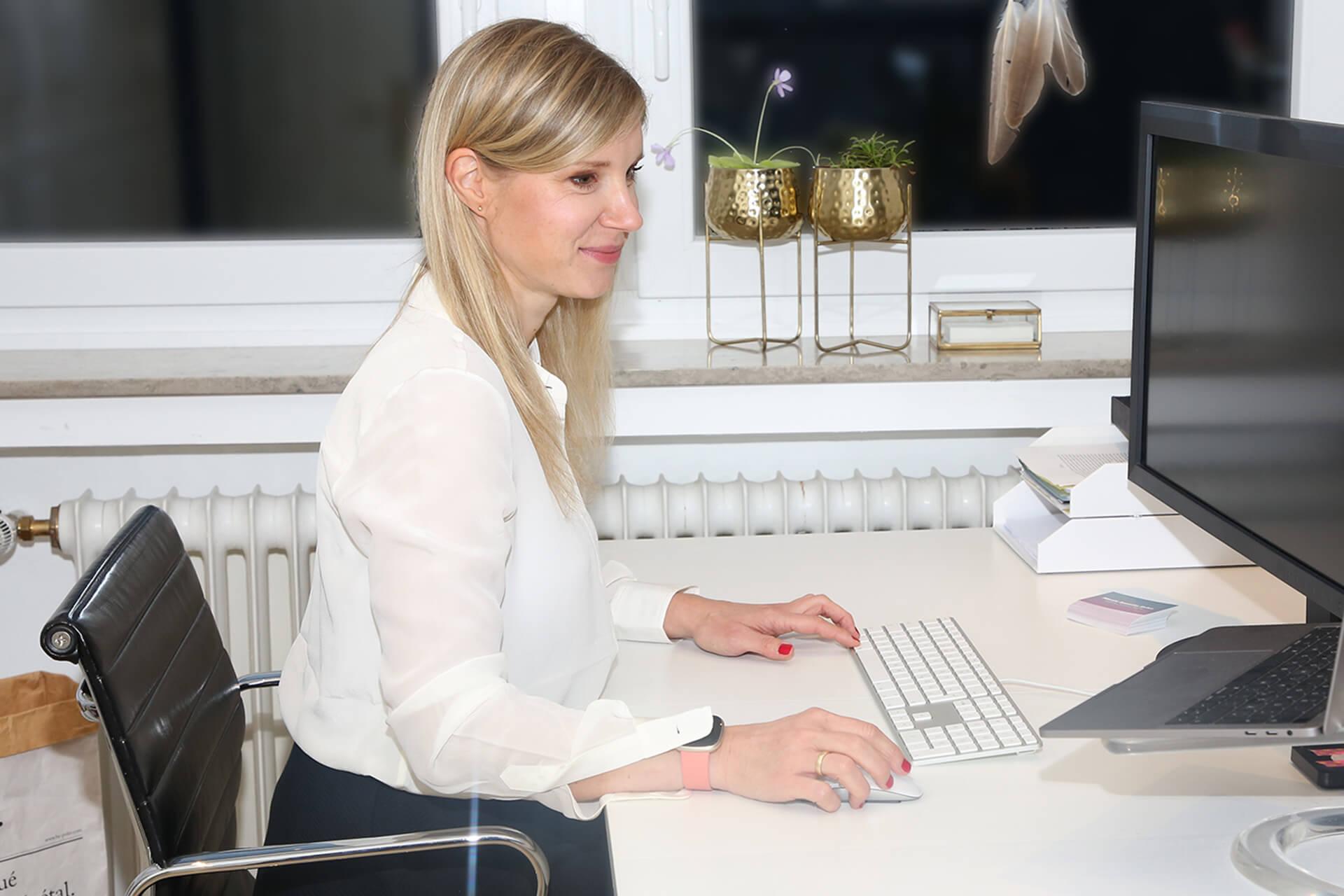 Nicole Erfen Grafikdesign Editorial Design am Schreibtisch