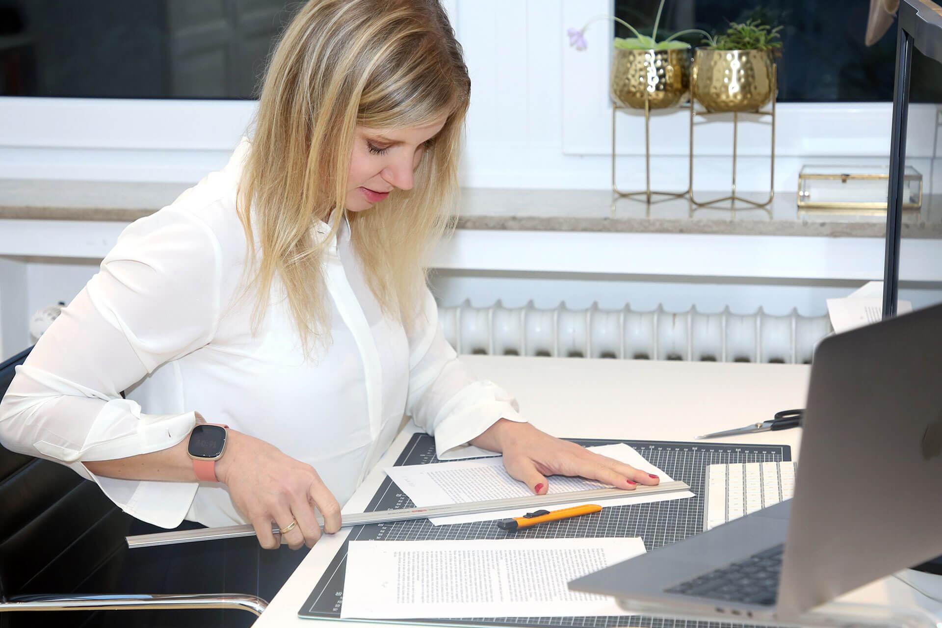 Nicole Erfen Grafikdesign Broschuere schneiden