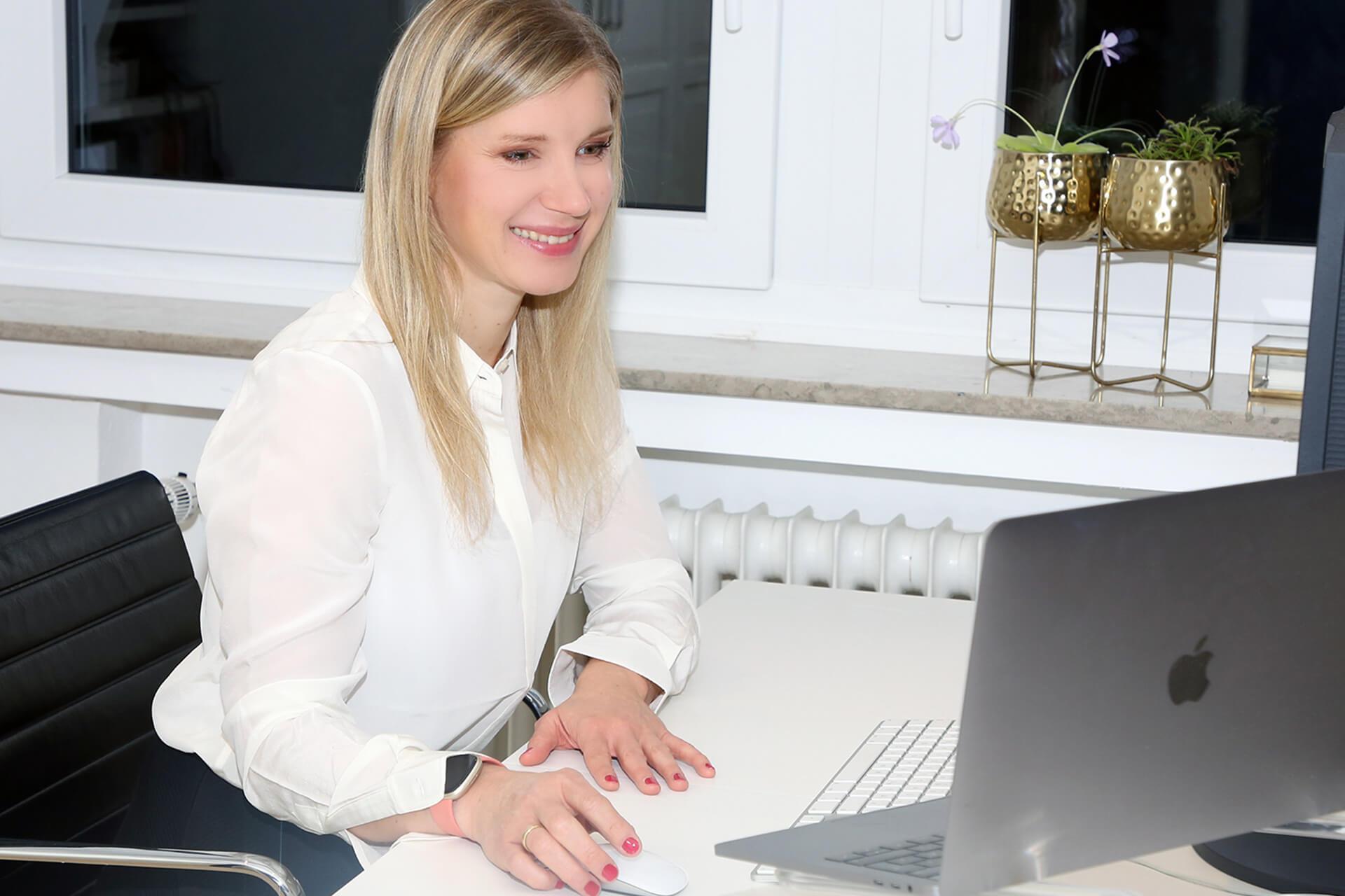 Nicole Erfen am Schreibtisch Grafikdesign